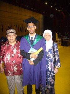 Bersama ayah dan bonda ketika upacara konvokasi sarjana di UM pada tahun 2008
